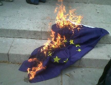 EU flag brænder